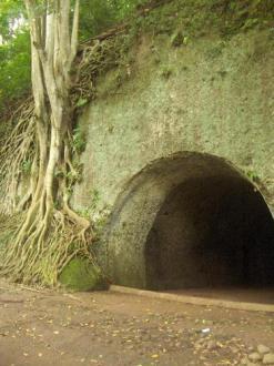 pintu masuk gua jepang tampak depan